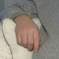Bilden är ett montage och visar piller och en hand.