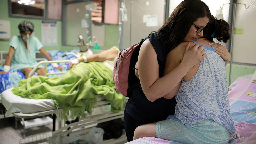 Xiojanni Badillo kramar sin släkting Daysi Mendoza på ett sjukhus i Colombia. Några dagar efter att Mendoza fick beskedet att hon smittats av zika börjande hon få de första symptomen på nervsjukdomen Guillain Barrés Syndrom.