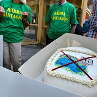 Sommaren 2013 uppvaktade nätverket Rädda Råstasjön Solnas kommunstyrelseordförande Pehr Granfalk (M) med med protestlistor med över 11.000 namn.