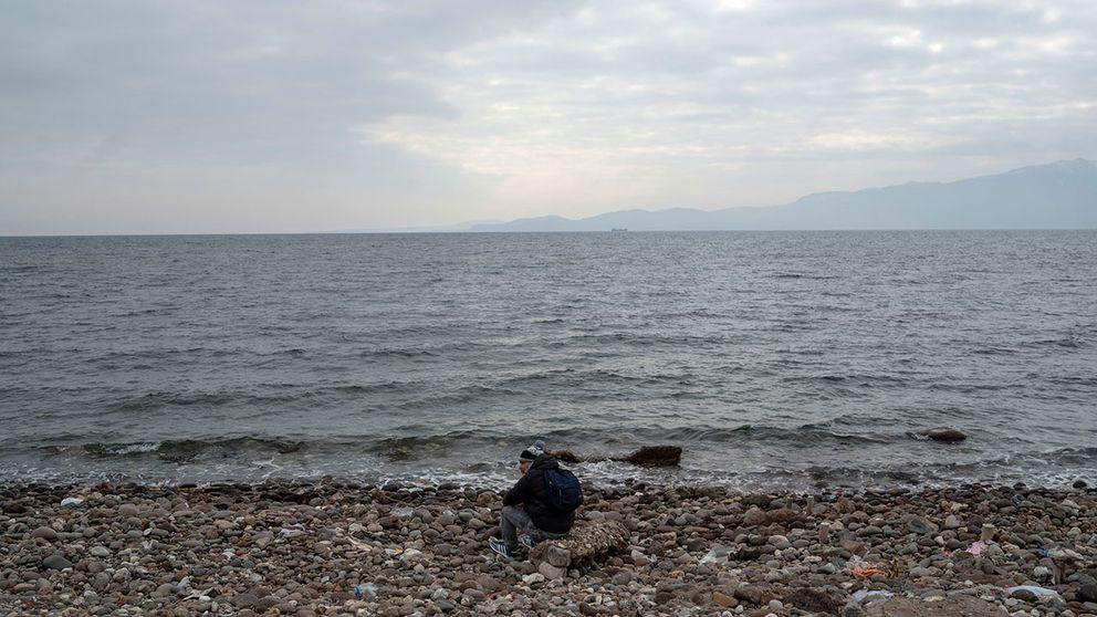 En man väntar på att få gå på en båt för att ta den farliga sjövägen från Turkiet till Grekland. Arkivbild.