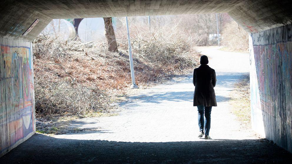 Kvinna går i tunnel