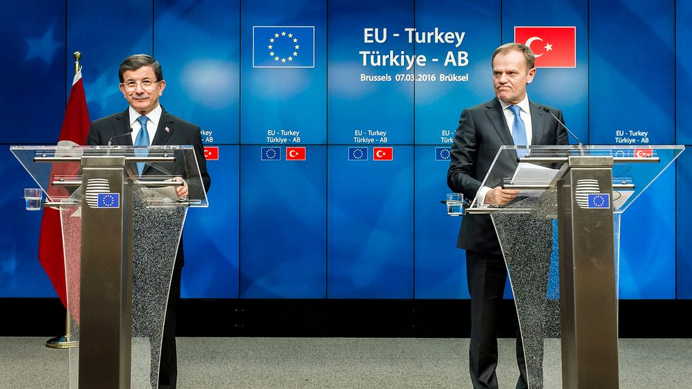 Turkiets premiärminister Ahmet Davutoglu bredvid Donald Tusk efter mötet i Bryssel.