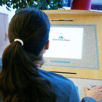 Ung tjej söker jobb på ett av Arbetsförmedlingens kontor.