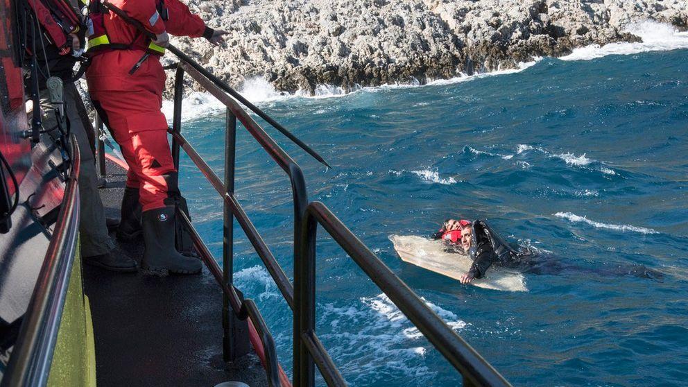 Flykting i havet på väg att räddas av sjöräddningspersonal