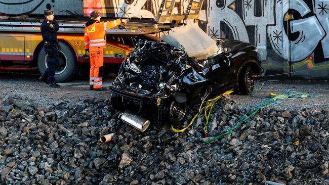 Bilen som kraschade från Södertäljebron.