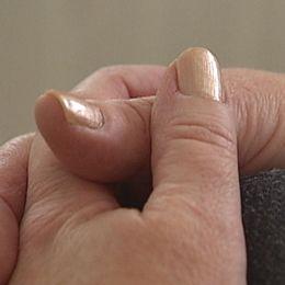 Bild på knäppta händer.