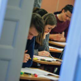 Många av lärarna är nöjda med den nya betygsskalan och tycker att det har blivit lättare för dem att sätta betyg. Men de gör olika bedömningar när de sätter betyg, visar en undersökning som SVT Nyheter har gjort.