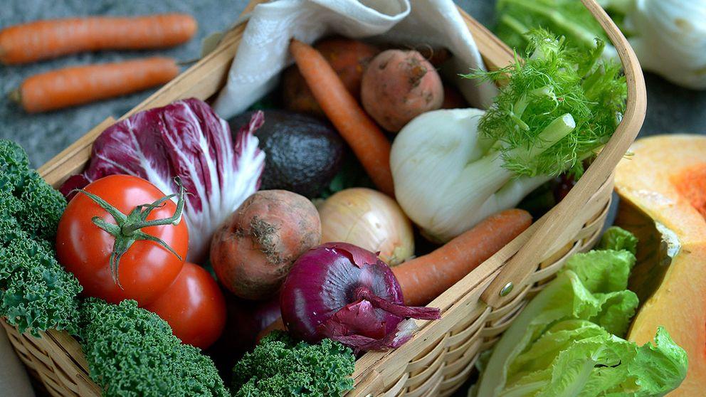 En korg full med grönsaker.