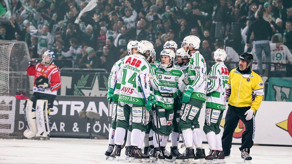 Västeråsjubel efter att Oscar Gröhn (15) gjort 1-0.