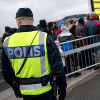 Polis bevakar flyktingar som anlänt till Sverige via tåg.