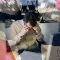 Stressad man omgiven av norsk flagga