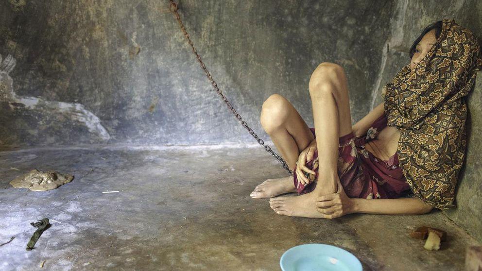 Kvinnan lever fastkedjad i ett extrarum familjen byggt mot bakgården. Här äter hon, sover och uträttar sina behov.