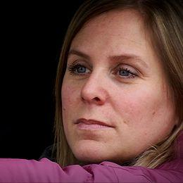 Charlotte Säfström sitter i sin bil och ser upp mot Hotell von Kraemer som hon tidigare drev, men som gick i konkurs.