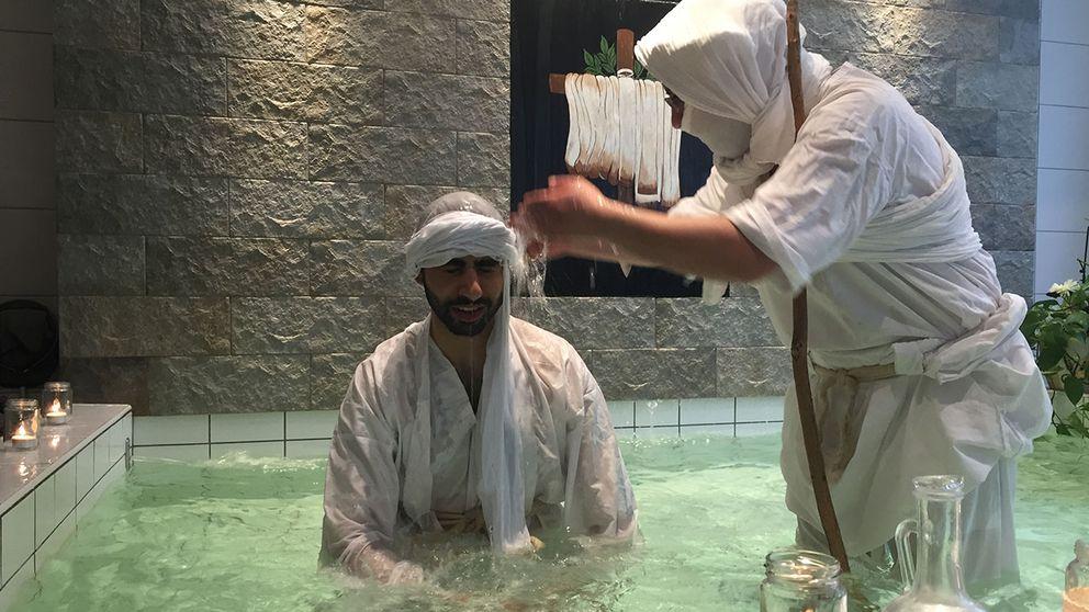 Innan vigseln döps man.