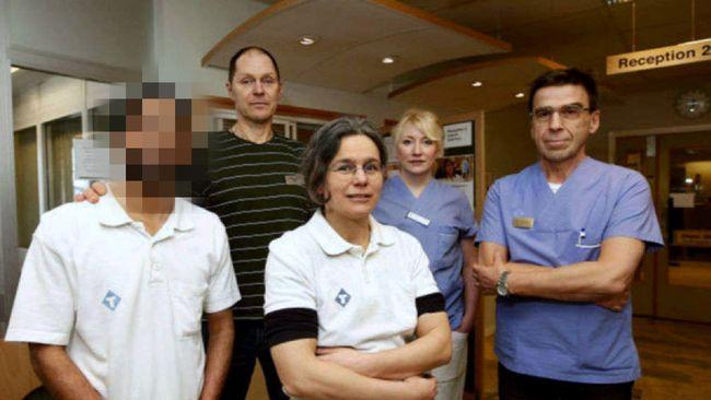 Den här bilden tas av lokaltidningen precis i samma veva som hans kolleger på vårdcentralen i Sundsvall börjar undra om allt står rätt till.