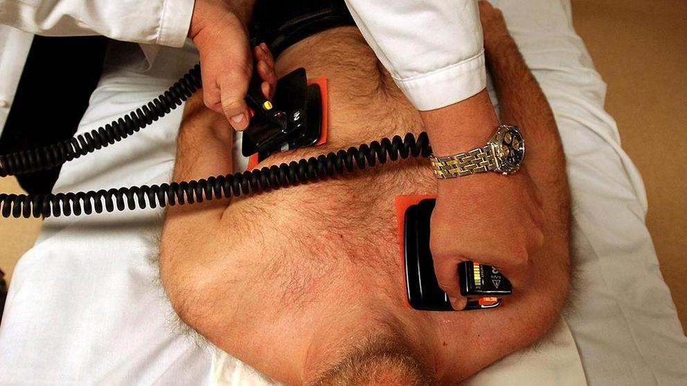 En man får akut hjärtvård.
