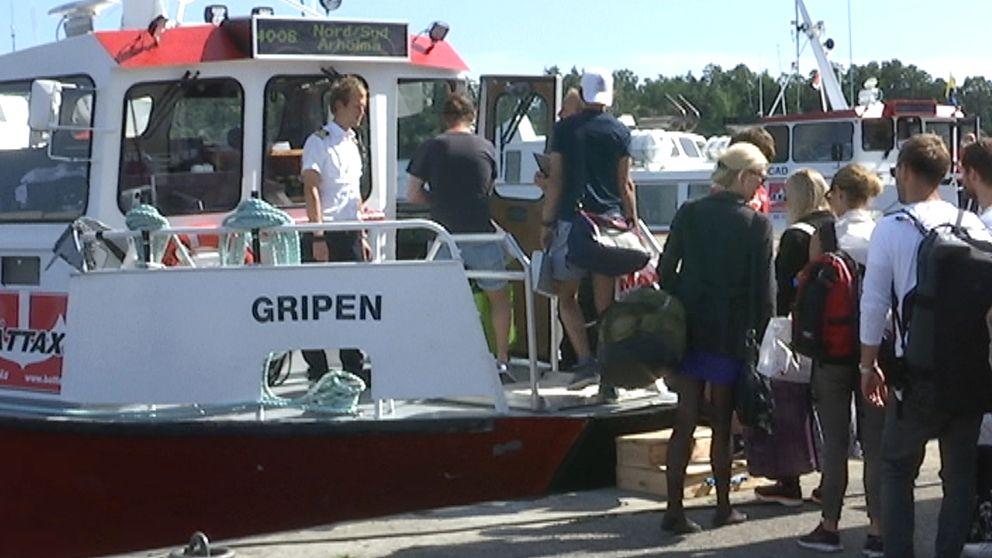 Resenärer stiger ombord på Gripen, en av de två båtar som trafikerar den nord-sydliga skärgårdslinjen i sommar.