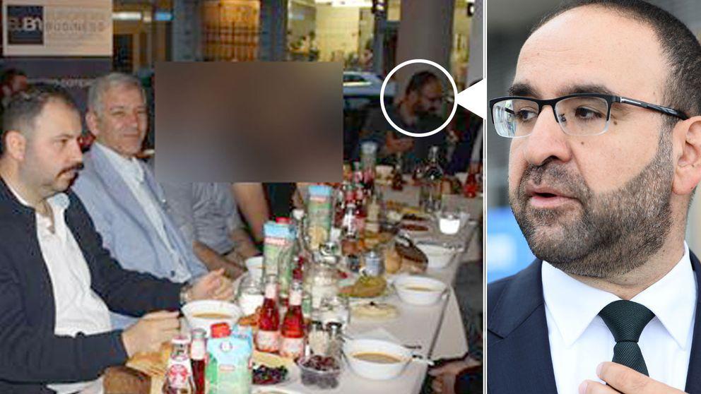Här ses bostadsminister Mehmet Kaplan (MP) äta middag med en högerextremledare och en man som är anmäld för hets mot folkgrupp. På bilden, som är tagen i juli 2015, syns bostadsminister Mehmet Kaplan äta middag tillsammans med bland andra Barbaros Leylani och Ilhan Senturk. Den senare är svensk ordförande för den turkiska högerextrema organisationen Grå vargarna.