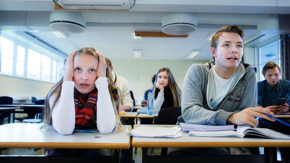 Gymnasieelever i ett klassrum.