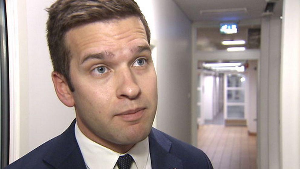 Sjukvårdsminister Gabriel Wikström (S) befarar att problemet med superbakterier kommer att öka.