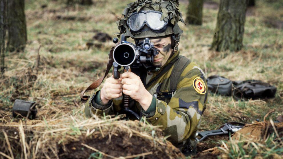 En svensk soldat siktar med sitt granatgevär under en övning.