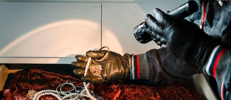 Inbrottstjuv hittar smycken i byrålåda.