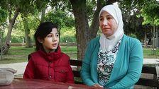 Sanaa Jabri och hennes dotter Sham i en park i centrala Damaskus. Parken har blivit deras trädgård och lekplats eftersom det är för farligt att gå ut i det stadsdelen Jobar som famljen bor i.