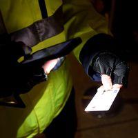 Uniformerad kontrollant undersöker ett id-kort.