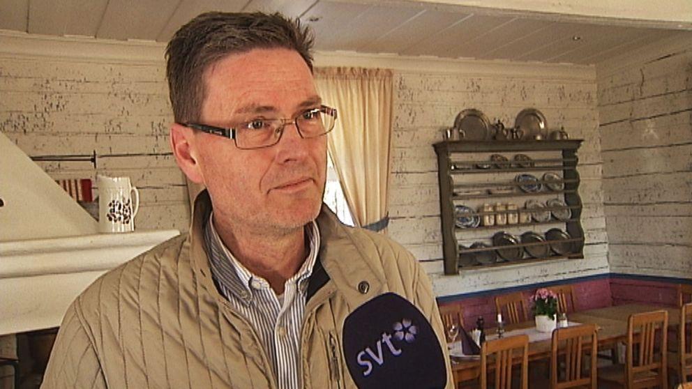 En man med glasögon och kortklippt hår.