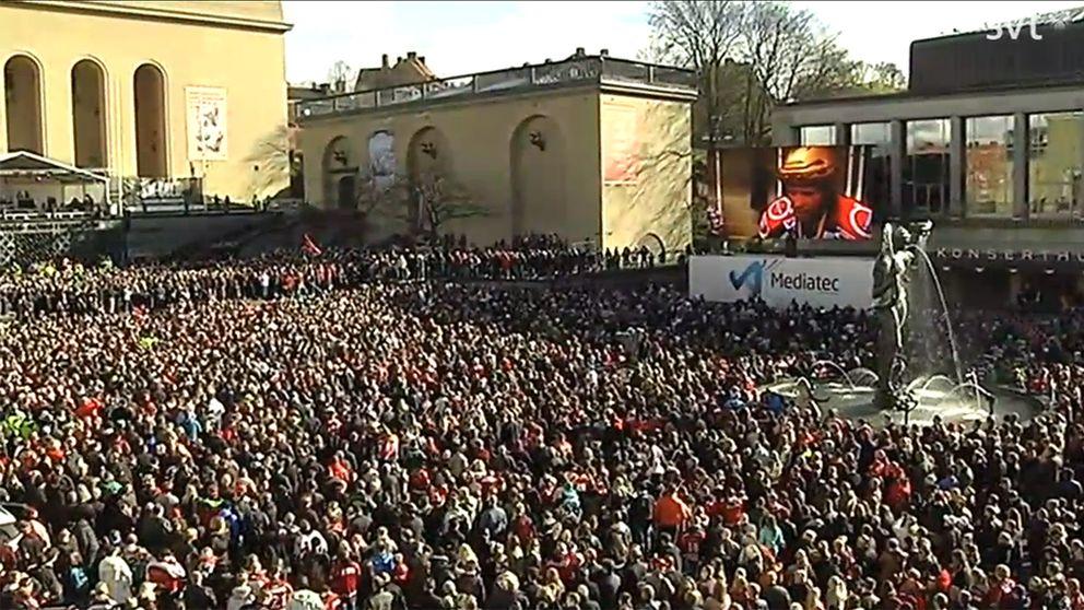 Götaplatsen är fylld med folk som vill fira Frölundas SM-guld.