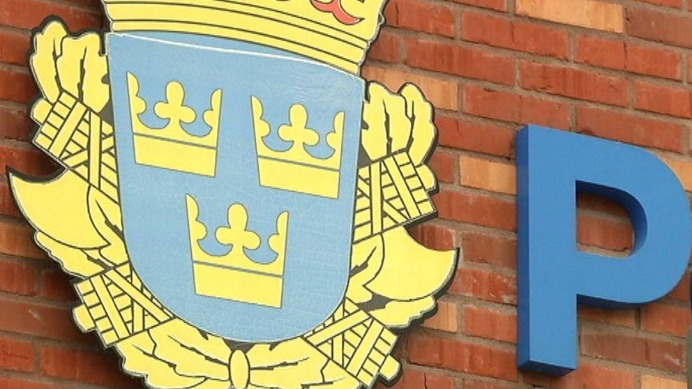 Flera nedlagda utredningar vid polisen i Värmland granskas nu av åklagare i Örebro efter att det framkommit att en av utredarna är förälder till en av de misstänkta.