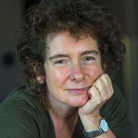 Författaren Jeanette Winterson och en målning av Shakespeare.