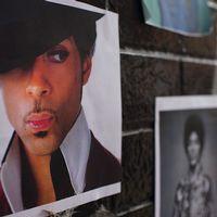 Fans har satt upp bilder på artisten Prince på en minnesplats utanför First Avenue nightclub i Minneapolis, Minnesota