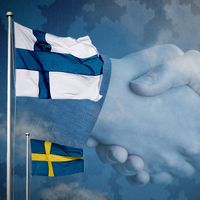 Svenska flaggan och finska flaggan, Natoflaggan.
