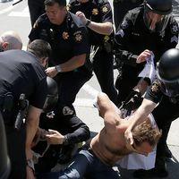 Polisen omhändertogen demonstrant utanför hotellet där Trump talade.
