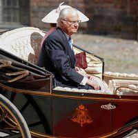 Kung Carl Gustaf och drottning Silvia åker kortege till Stadshuset för lunchen