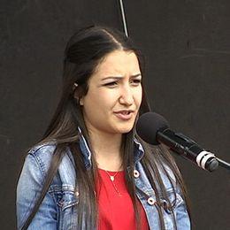 Elsy Bitar står och talar inför folk på Stortorget.