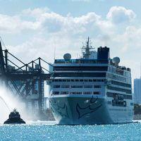 Färjan Adonia lämnar Miamis hamn, det är första gången en amerikansk kryssning går från USA till Kuba sedan 1978.