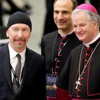 The Edge tillsammans med den irländska biskopen Paul Tighe i Vatikanen i helgen.