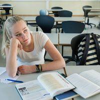 Flicka i ett klassrum.