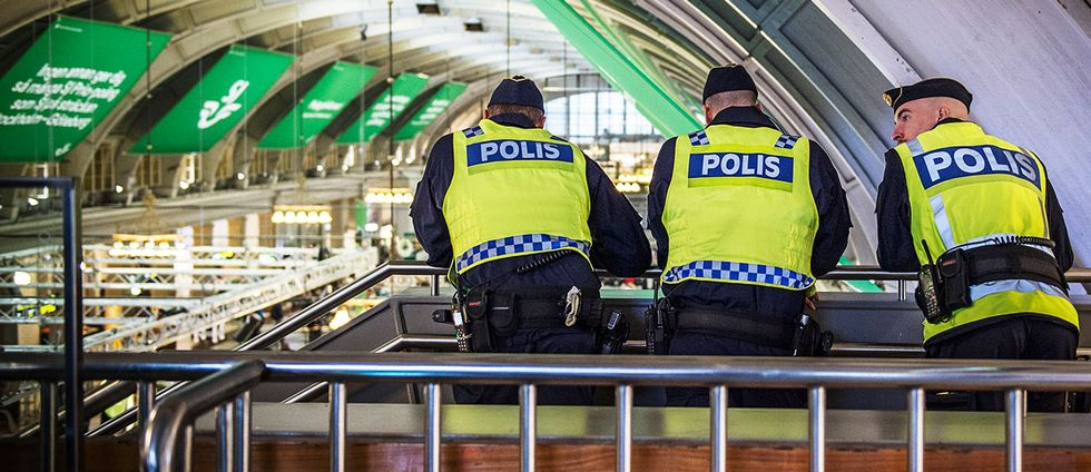 Poliser på Stockholms central.