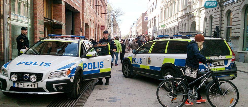 Två polisbilar vid Forumgallerian i Uppsala.