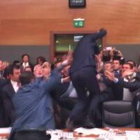 En bild på tumultet i parlamentet.