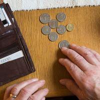 Maili och händer med mynt.