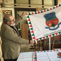 Janos Dansco och Daniel Pecsi visar upp Maconkas nya flagga.