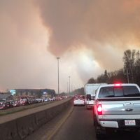 Tusentals evakueras vid skogsbrand i Fort McMurray i Kanada