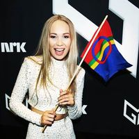 Samiska artisten Agnete Johnsen poserar med den samiska flaggan efter vinsten i norska melodifestivalen, Melodi Grand Prix.