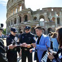 Många välbärgade kinesiska turister besöker Italien.