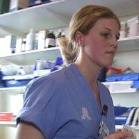 Samtliga landsting i Sverige säger att de har svårt att hitta sjuksköterskor inför sommaren.