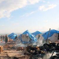 Tält med män, kvinnor och barn som flytt kriget drabbades av bomberna.